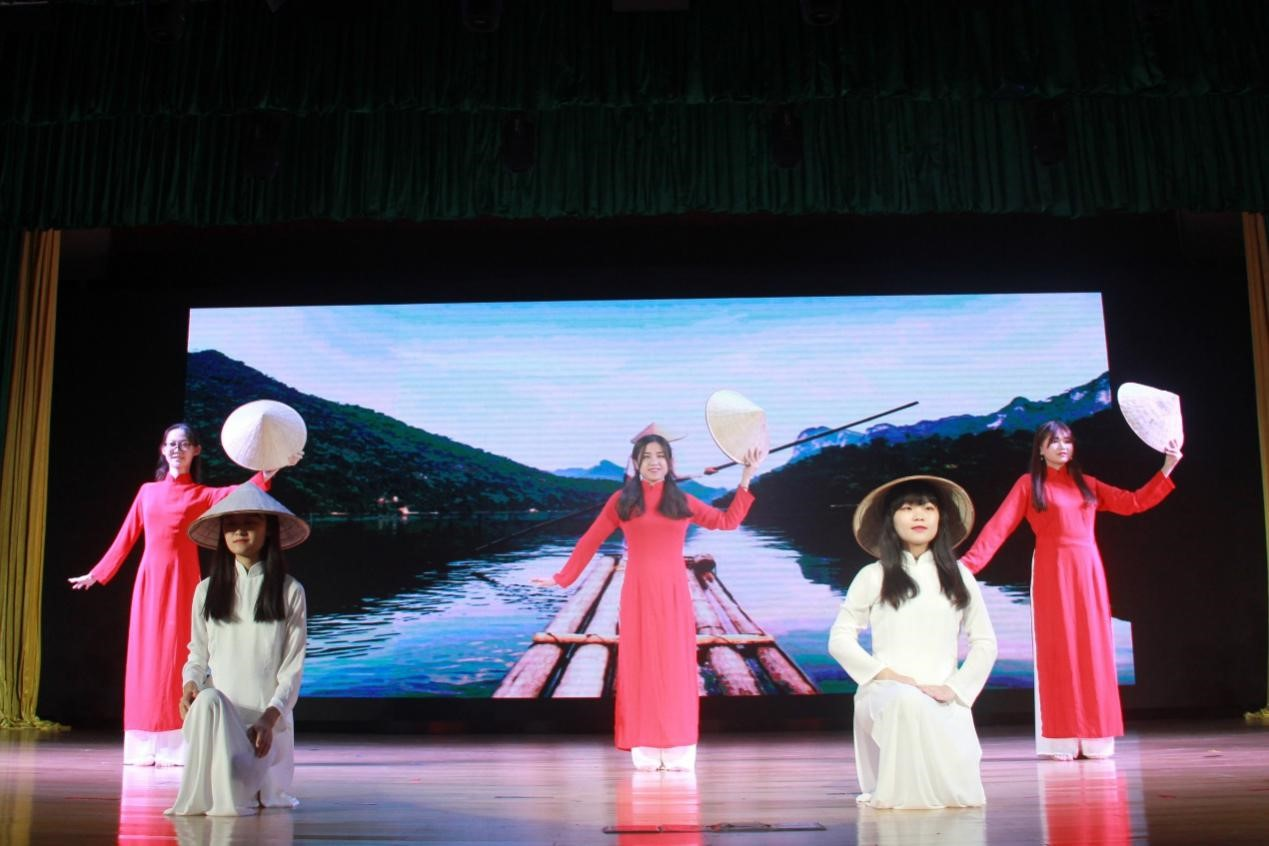 首页 校园动态 正文  柬埔寨特色歌曲与欢快舞蹈相结合,活泼可爱.
